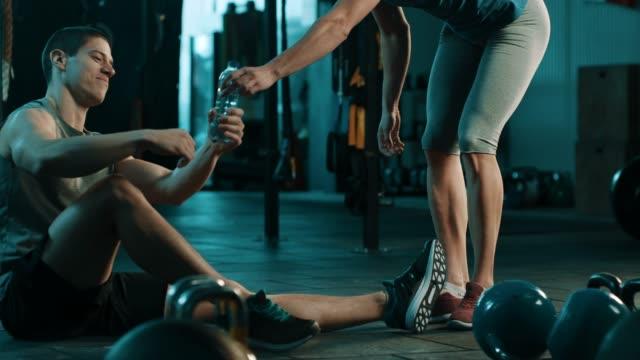 Freunde teilen Wasser in Turnhalle