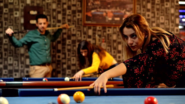 vídeos de stock e filmes b-roll de friends shooting pool. - mesa de bilhar