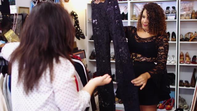 stockvideo's en b-roll-footage met vrienden samen winkelen in second hand store - rommelmarkt