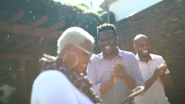 vídeos de stock, filmes e b-roll de amigos cantando e dançando em uma festa no jardim - alegria