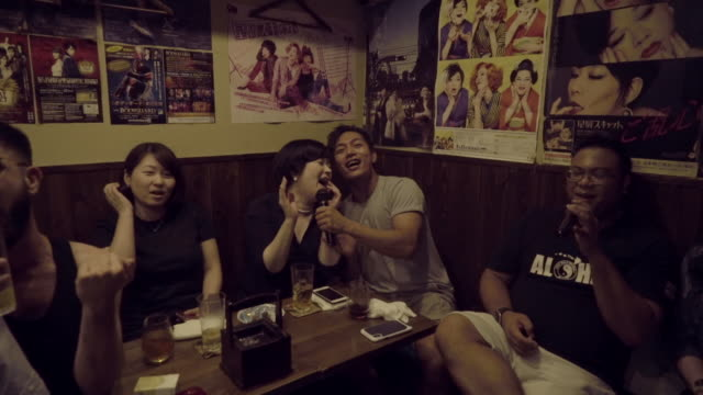 stockvideo's en b-roll-footage met friends singing karaoke - tokyo japan