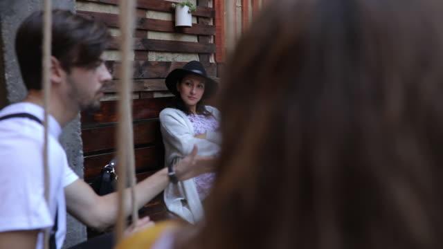 stockvideo's en b-roll-footage met vrienden zitten in kroeg buiten - koffie drank