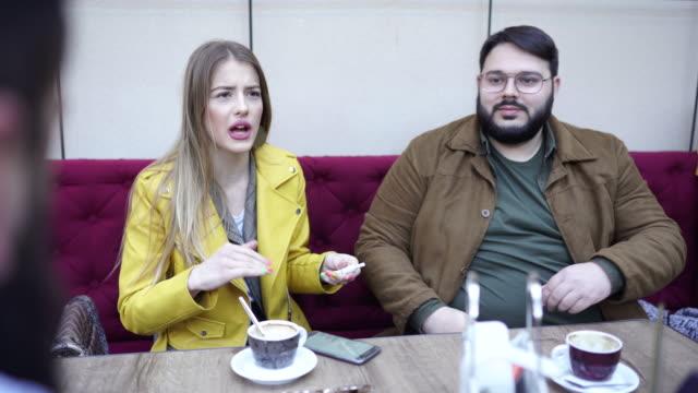 freunde sitzen im café - overweight stock-videos und b-roll-filmmaterial