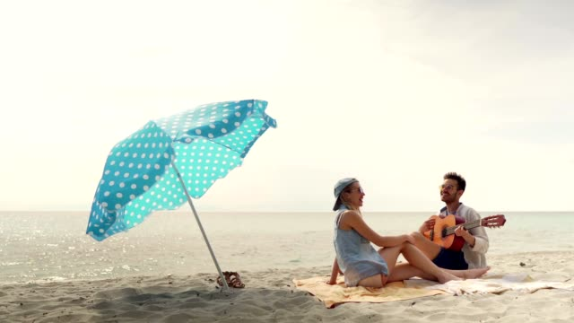 vidéos et rushes de amis passant la belle journée sur la plage - enjoyment