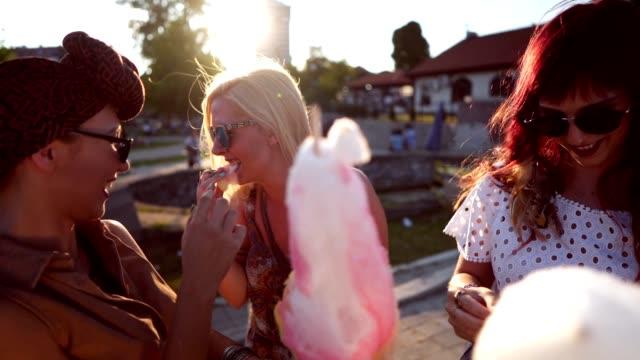 vidéos et rushes de amis, passer la journée dans le parc d'attractions - lunettes de soleil