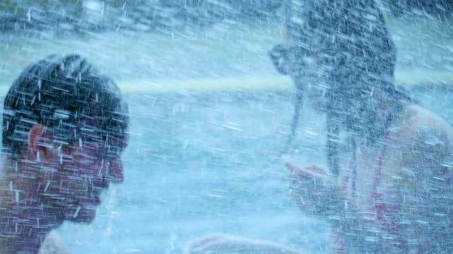 stockvideo's en b-roll-footage met vrienden spetteren in het zwembad - poolparty