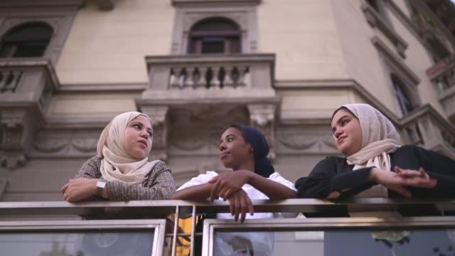 vänner som står och pratar på balkongen - milano bildbanksvideor och videomaterial från bakom kulisserna