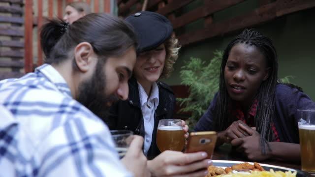 internetsurfen über getränke und fast food freunde - junger erwachsener stock-videos und b-roll-filmmaterial