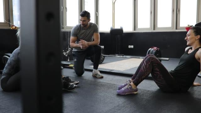 vídeos de stock e filmes b-roll de friends taking a break after training in gym - ginásio