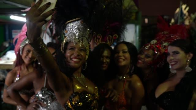 vídeos de stock, filmes e b-roll de amigos tirando uma selfie celebrando carnaval na escola de carnaval - arts culture and entertainment