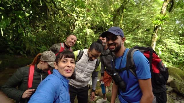 vídeos y material grabado en eventos de stock de amigos tomando un selfie durante el senderismo - punto de vista de la cámara - película imagen en movimiento