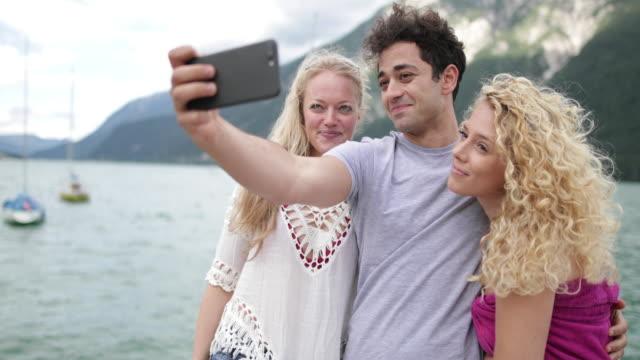 friends taking a selfie on holiday - セーリング点の映像素材/bロール