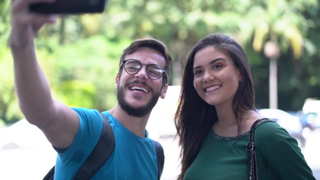 vídeos de stock, filmes e b-roll de amigos que tomam um selfie na cidade - turismo urbano