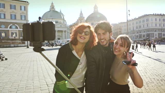 freunde, die ein selfie-stick in rom - stab stock-videos und b-roll-filmmaterial