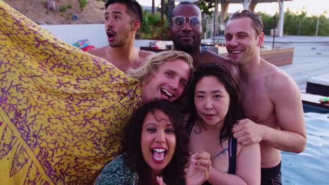 vídeos de stock, filmes e b-roll de grupo de amigos tomando selfie na festa da piscina - oeste dos estados unidos