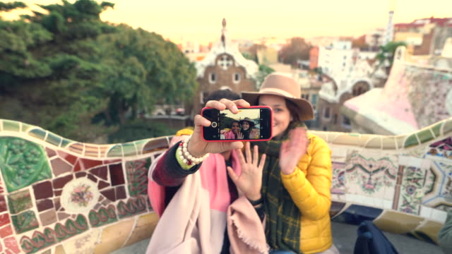 vídeos de stock e filmes b-roll de friends taking selfie in barcelona - espanha