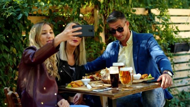 お友達のレストランで selfie を引き継ぐ - 自画像点の映像素材/bロール