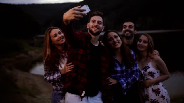 Vrienden nemen selfie op camping