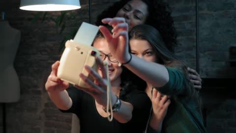 vídeos y material grabado en eventos de stock de friends taking selfie - transferencia de impresión instantánea