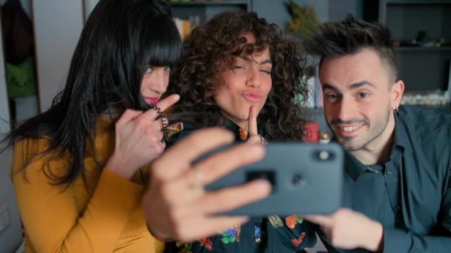 friends taking selfie - 自分撮り点の映像素材/bロール