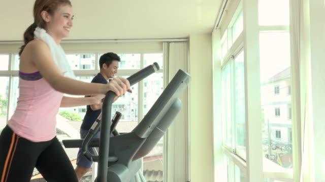 vídeos y material grabado en eventos de stock de charla de amigos y hacer ejercicio en gimnasio - adulto de mediana edad