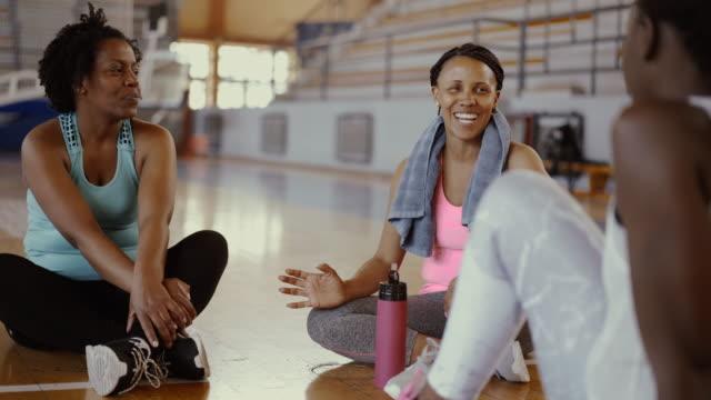 vídeos y material grabado en eventos de stock de amigos hablando después de clase de baile y agua potable - adulto de mediana edad