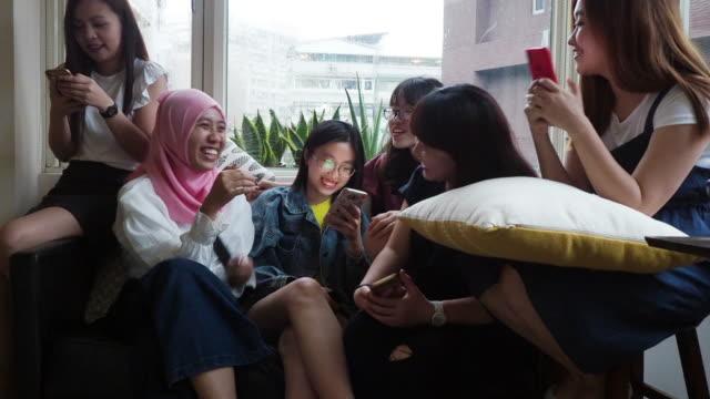 家でコーヒーを飲みながら話す友達 - ベトナム点の映像素材/bロール