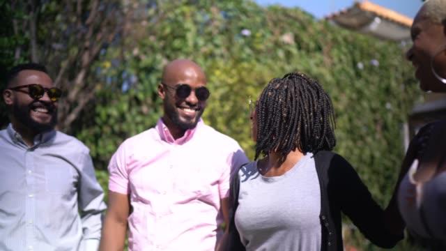 vidéos et rushes de amis parlant et riant dehors - goûter