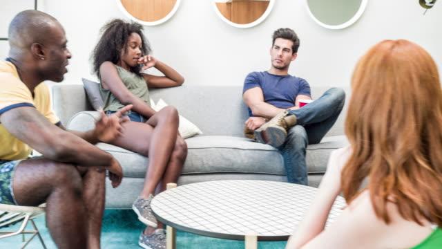 vidéos et rushes de amis de parler à la maison - cinq personnes