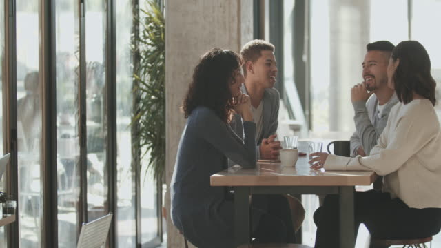 vidéos et rushes de ws friends talking in a cafe - table