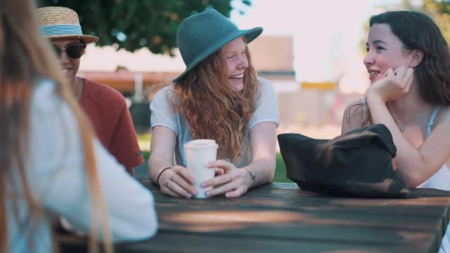 vídeos de stock, filmes e b-roll de amigos conversando em um parque - xícara