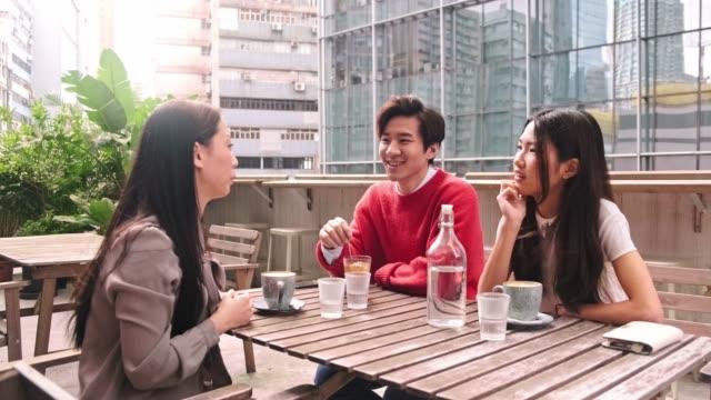 朋友們坐在戶外咖啡館裡聊天 - social gathering 個影片檔及 b 捲影像