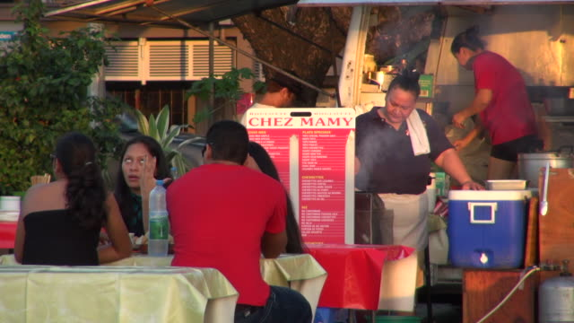 friends talking while their breakfast is cooked - insel tahiti stock-videos und b-roll-filmmaterial