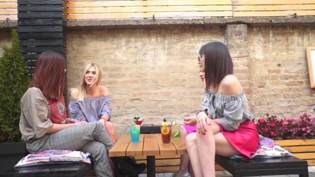 freunde toasten cocktails - menschliche gliedmaßen stock-videos und b-roll-filmmaterial