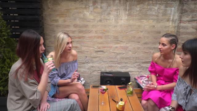 stockvideo's en b-roll-footage met vrienden toasten cocktails - menselijke arm