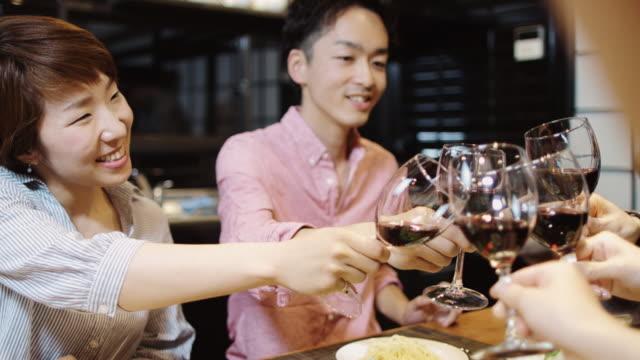 友達のワインで乾杯 - ディナーパーティー点の映像素材/bロール