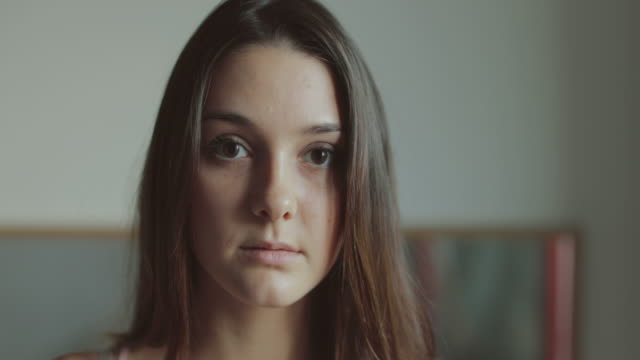 vídeos de stock e filmes b-roll de friends together at home: video portraits in slow motion - adolescência