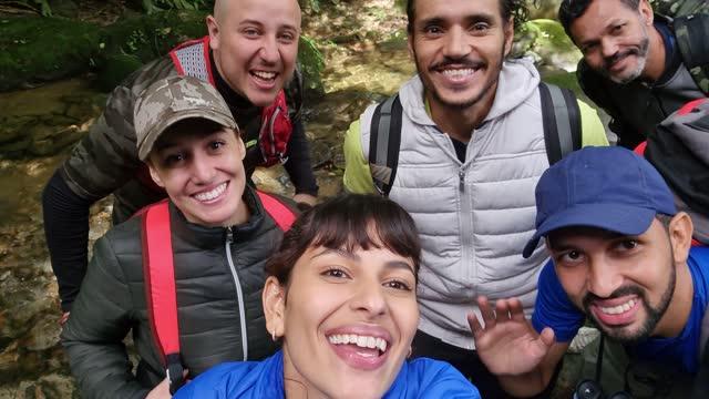 vídeos y material grabado en eventos de stock de amigos juntos tomando un selfie durante el senderismo - punto de vista de la cámara - descubrimiento