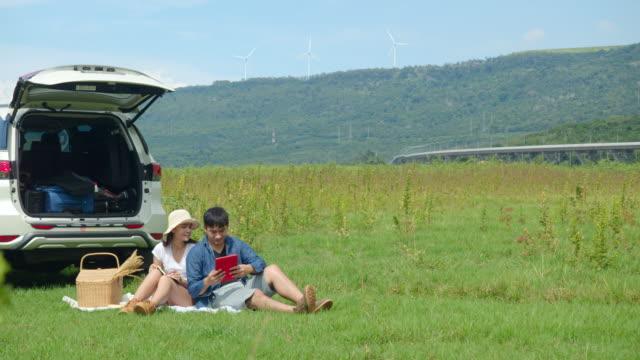車で旅行する友人、田舎の自然の屋外の場所でピクニック。 - アウトドア点の映像素材/bロール