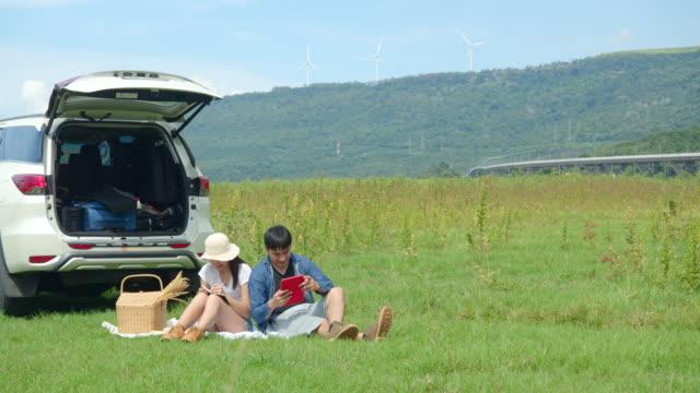 車で旅行する友人、田舎の自然の屋外の場所でピクニック。 - キャンプする点の映像素材/bロール