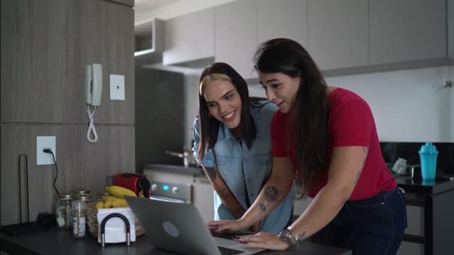 vídeos y material grabado en eventos de stock de amigos que usan computadora portátil en casa (incluida una mujer transgénero) - amistad femenina