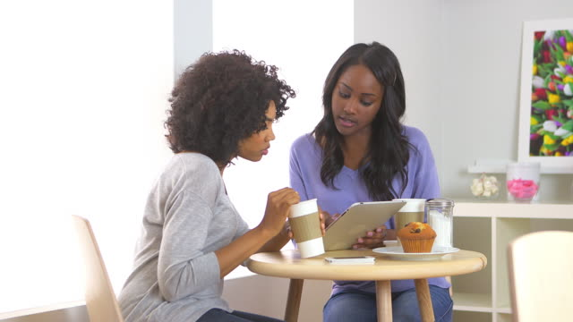vídeos de stock, filmes e b-roll de friends using tablet in cafe - fofoca