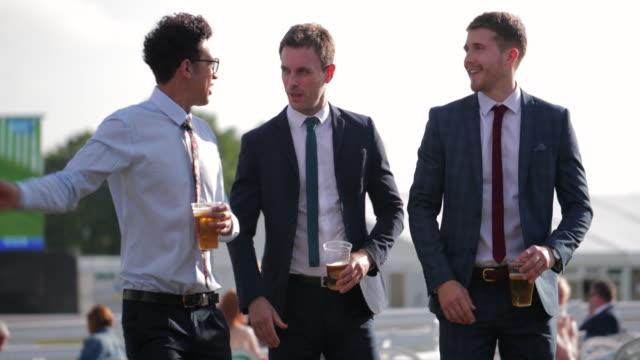 stockvideo's en b-roll-footage met vrienden lopend en pratend at the races - elite