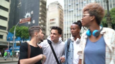 vídeos de stock, filmes e b-roll de amigos andando na rua - universidade
