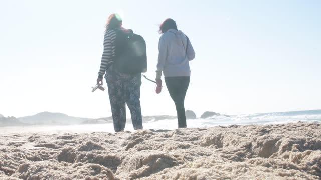 vídeos y material grabado en eventos de stock de amigos caminando por la playa - female friendship