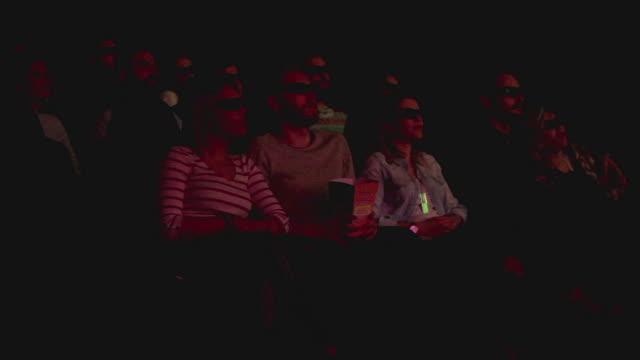 映画館で 3 d 映画を見て友達 - 3dメガネ点の映像素材/bロール