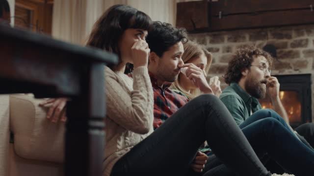 悲しい映画を見て、一緒に泣いている友人 - 泣く点の映像素材/bロール