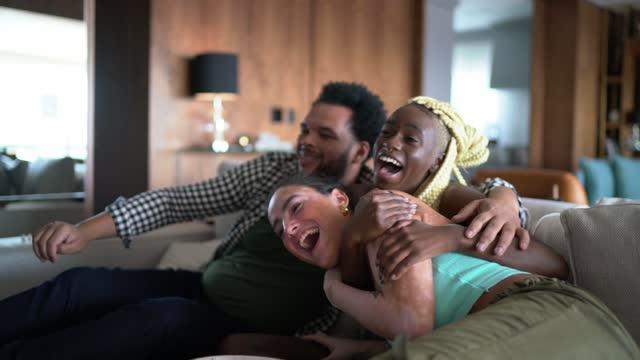 テレビでスポーツを見て、自宅でお祝いする友人 - match sport点の映像素材/bロール
