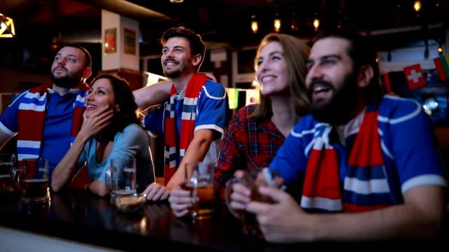 vídeos y material grabado en eventos de stock de amigos viendo a su equipo - barra futbol