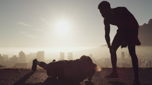 vídeos de stock e filmes b-roll de friends who help you push through the pain are priceless - dedicação
